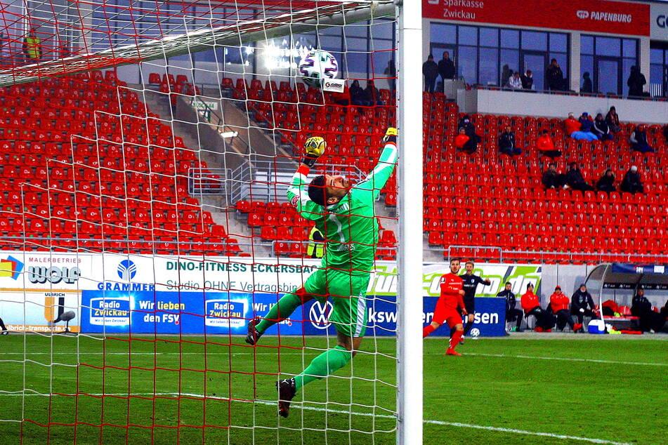 Das 1:0-Siegtor für den 1. FC Magdeburg beim Hinspiel in Zwickau am 28. November: Andreas Müller (Foto oben) zieht ab, der Ball schlägt unhaltbar für Schlussmann Johannes Brinkies (27) im FSV-Gehäuse ein.