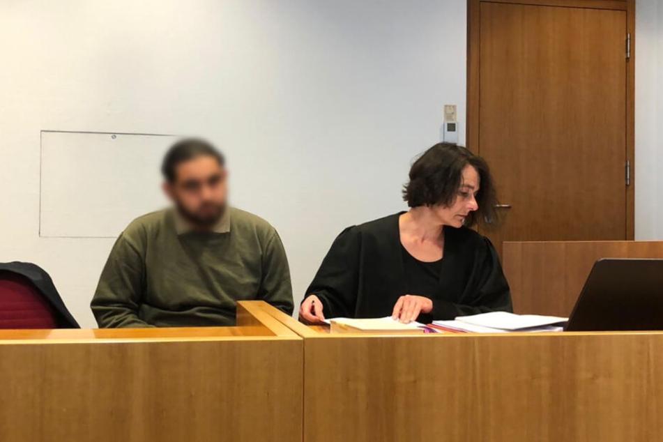 Der Angeklagte (links, gepixelt) vor Gericht in Bonn.