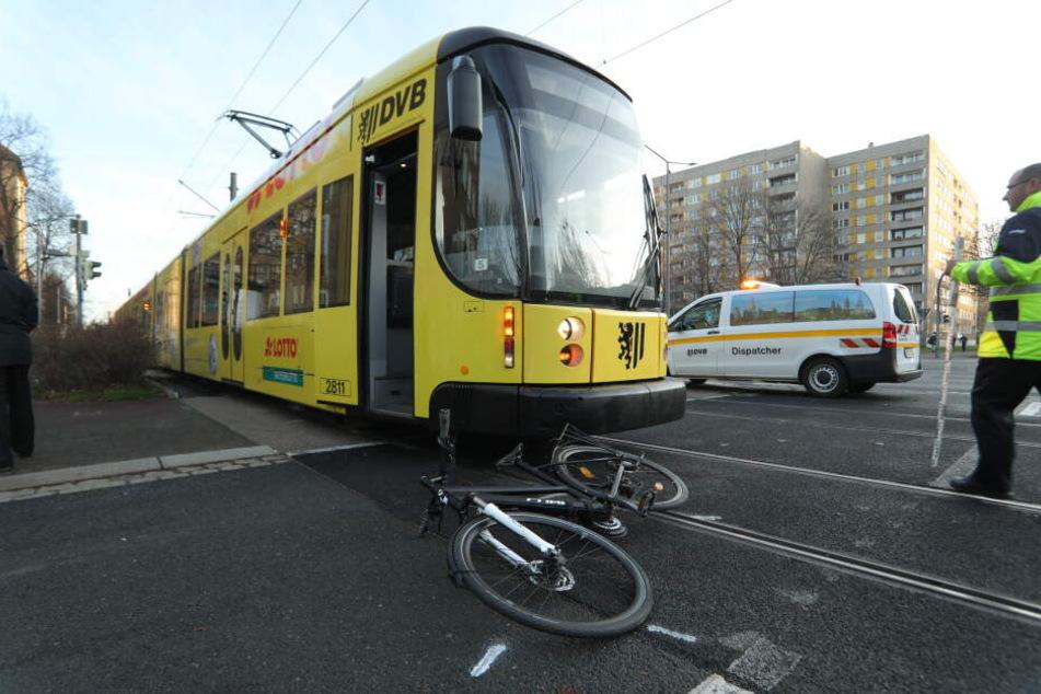 Das Unfall-Fahrrad liegt vor der Straßenbahn der Linie 3.