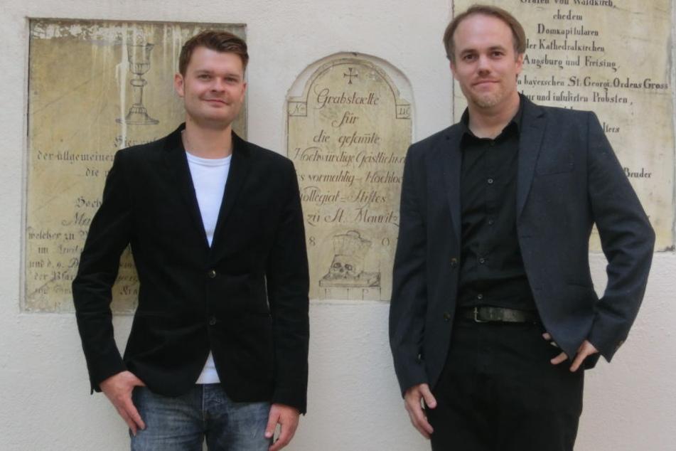Matthias Meitzler (l) und Thorsten Benkel forschen zu den Themen Tod und Trauer und haben in den vergangenen Jahren fast 1100 Friedhöfe untersucht.
