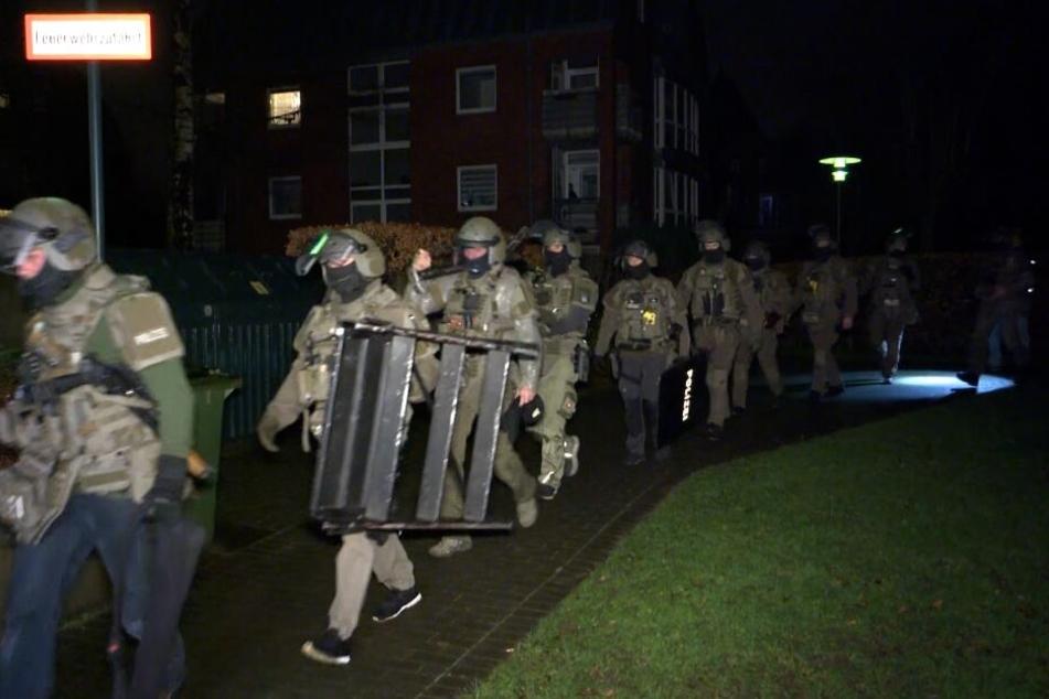 Zahlreiche SEK-Kräfte rücken bei der Wohnung an.
