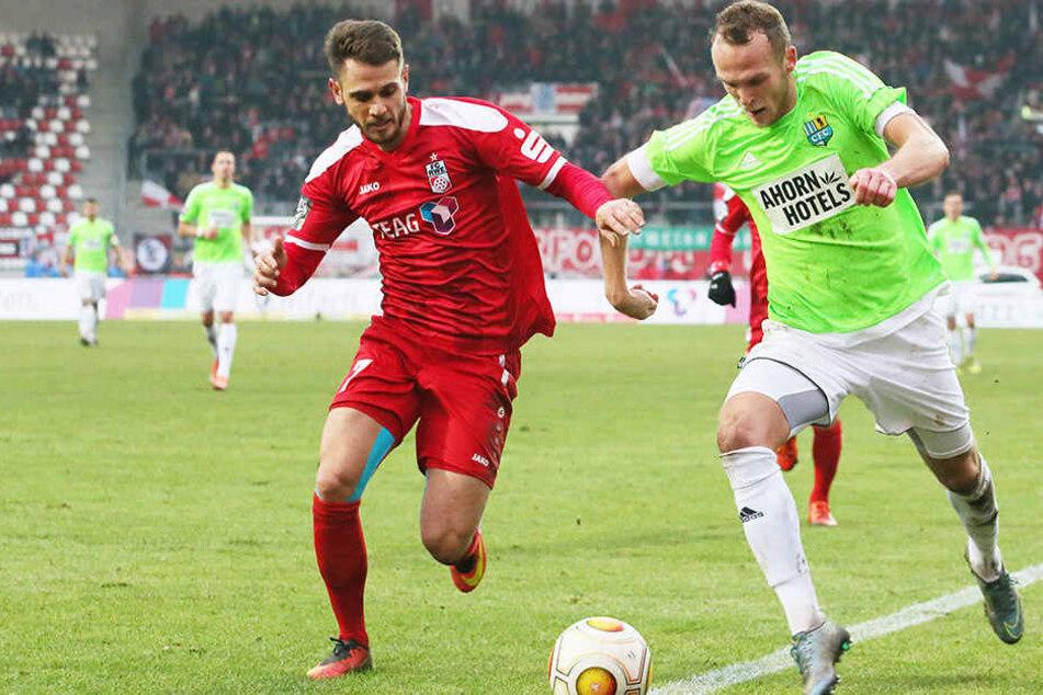 Julius Reinhardt (r.) beim 2:1-Sieg des CFC in Erfurt im Duell mit Luka Odak. Insgesamt bestritt der Heimkehrer in der Hinrunde 14 Spiele für die Chemnitzer.