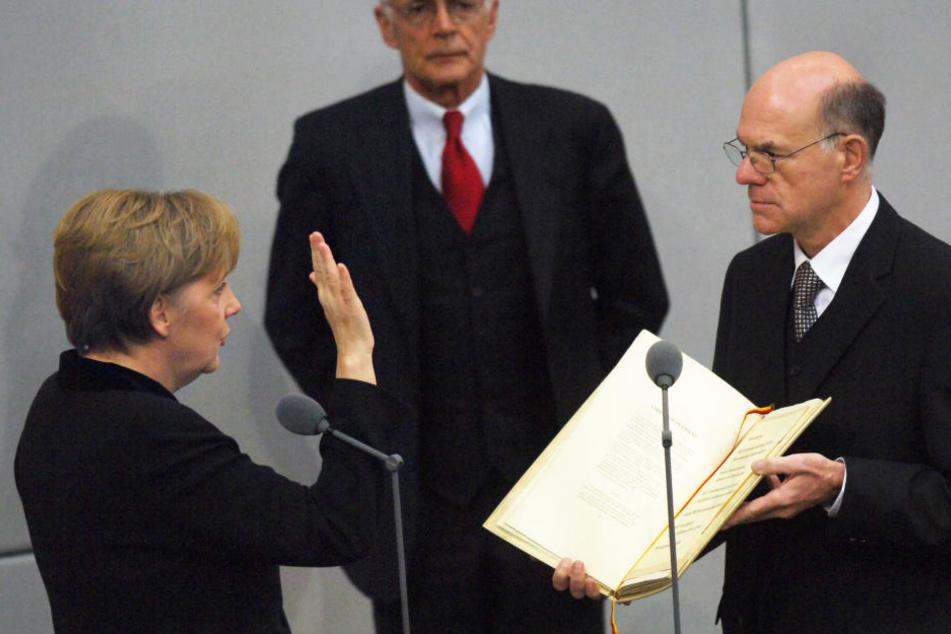 Nach ihrer Ernennung durch den Bundespräsidenten legt die neugewählte Bundeskanzlerin Angela Merkel am 22.11.2005 im Bundestag in Berlin vor Bundestagspräsident Norbert Lammert den Amtseid ab.