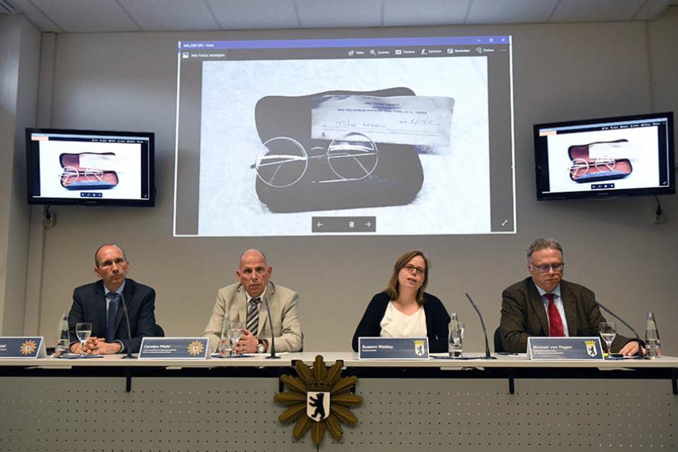 Polizei und Staatsanwaltschaft präsentieren auf einer Pressekonferenz das beschlagnahmte Diebesgut.