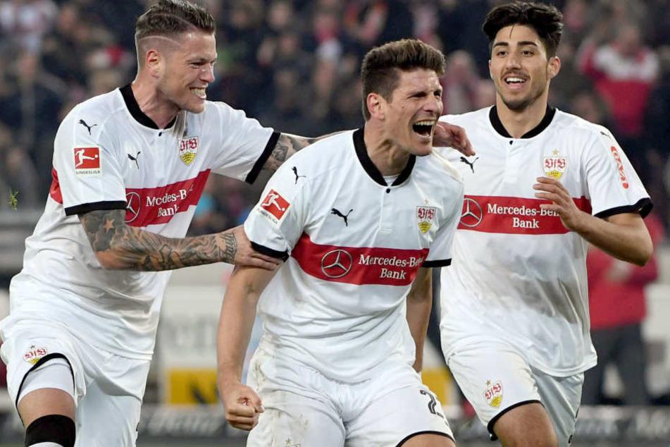 Konnte in den letzten fünf Spielen viermal über einen Treffer jubeln: Mario Gomez (M.), zu dem Daniel Ginczek (l.) und Berkay Özcan zum Jubeln dazustoßen.