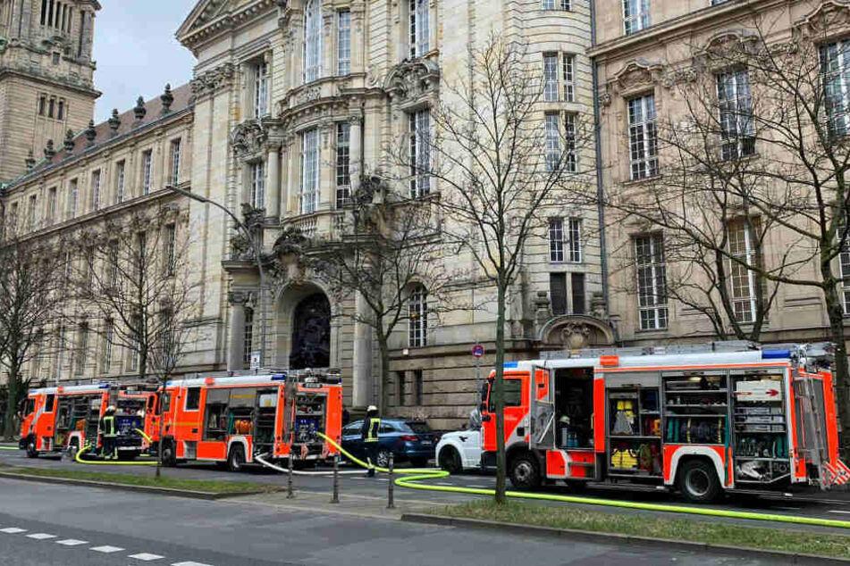 Feuerwehrkräfte stehen vor dem Amtsgericht.