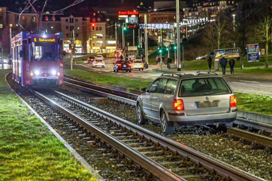Gegen 17.30 Uhr war schon ein VW-Fahrer an der Syraer Straße ins Gleisbett gefahren.