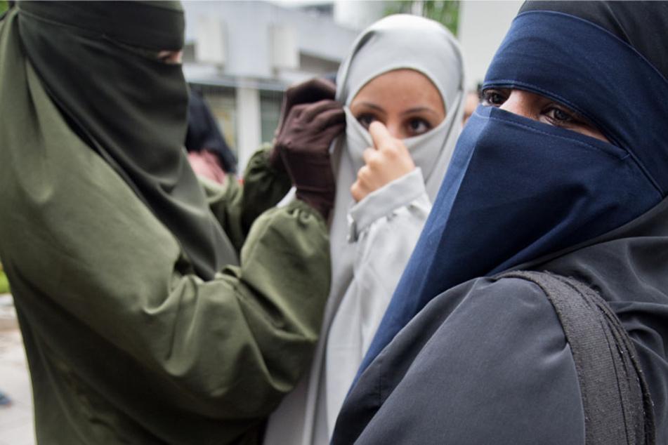 Der Verfassungsschutz geht in Hessen von etwa 160 radikalen Islamistinnen aus (Symbolbild).
