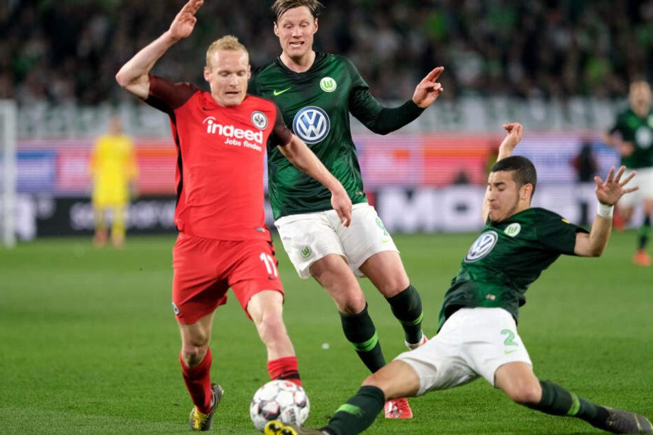 Frankfurts Mittelfeld-Fighter Sebastian Rode (Li.) im Zweikampf mit Wolfsburgs William.
