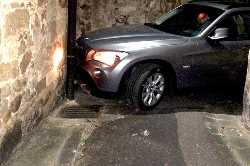 Für den BMW gibt es weder vor, zurück noch zur Seite ein Entkommen.
