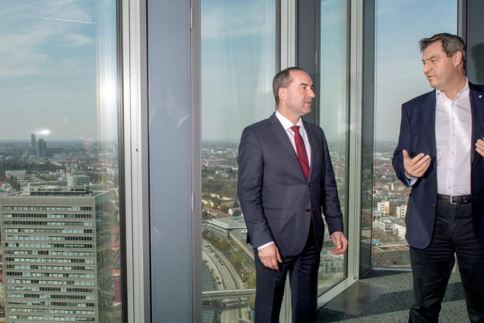 Hubert Aiwanger (Freie Wähler, l), stellvertretender Ministerpräsident und Staatsminister für Wirtschaft, Landesentwicklung und Energie, und Markus Söder (CSU), Ministerpräsident von Bayern, nach der Kabinettssitzung.