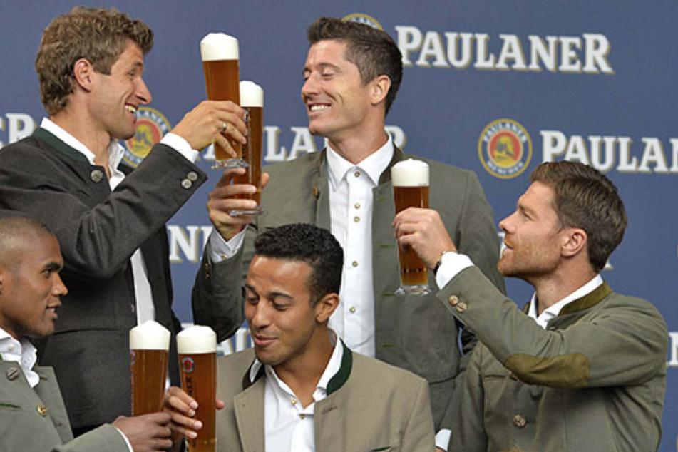 Die Saison läuft gut beim FC Bayern. Bei Xabi Alonso (li., 35) herrscht durch die mögliche Haftstrafe jedoch keine gute Stimmung.