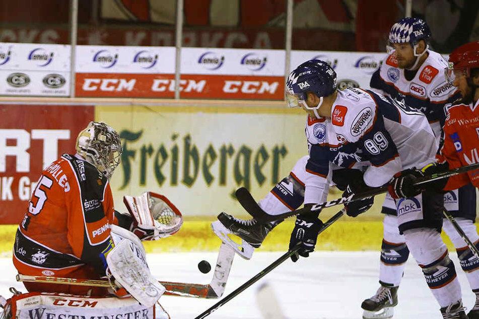 Eishockey-Arobatik bei den Eispiraten in Riessersee.