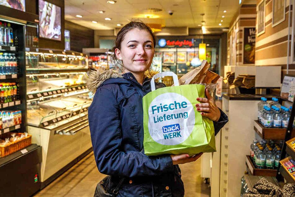 Paula G. (20) aus Dresden hat sich ihre Tüte nach Ladenschluss abgeholt.