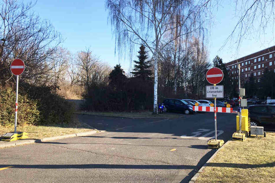 """Wer in die Sackgasse """"Am Kirschberg"""" einbiegt, stößt auf der linken Seite auf die gesperrte Verbindung zur Heilbronner Straße. Viele Autofahrer nehmen den Weg trotzdem."""