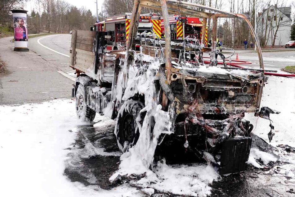 Der Multicar brannte komplett aus.