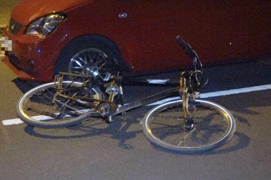 Der Radler soll dabei lebensgefährlich verletzt worden sein.