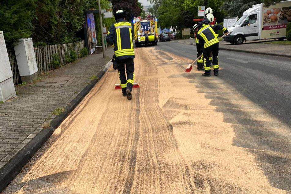 Einsatzkräfte der Feuerwehr streuten die etwa zehn Kilometer lange Ölspur ab.