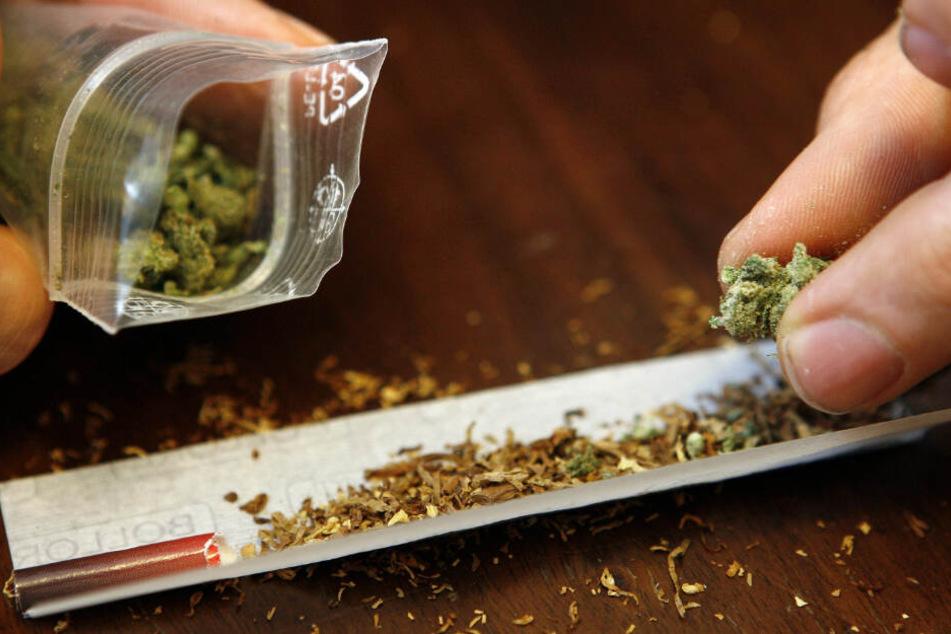Die erste Portion Marihuana gab's umsonst, danach mussten die Schüler bezahlen. (Symbolbild)