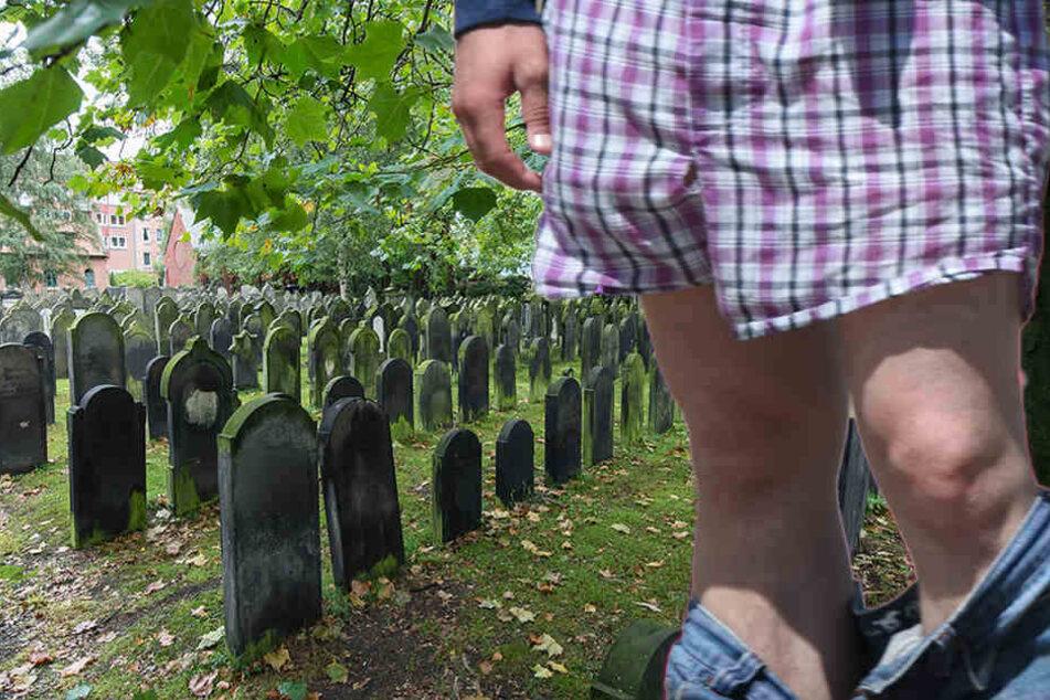 Ein nackter Mann sorgte am Freitag für einen Polizeieinsatz auf dem Hauptfriedhof in Zwickau. (Symbolbild)
