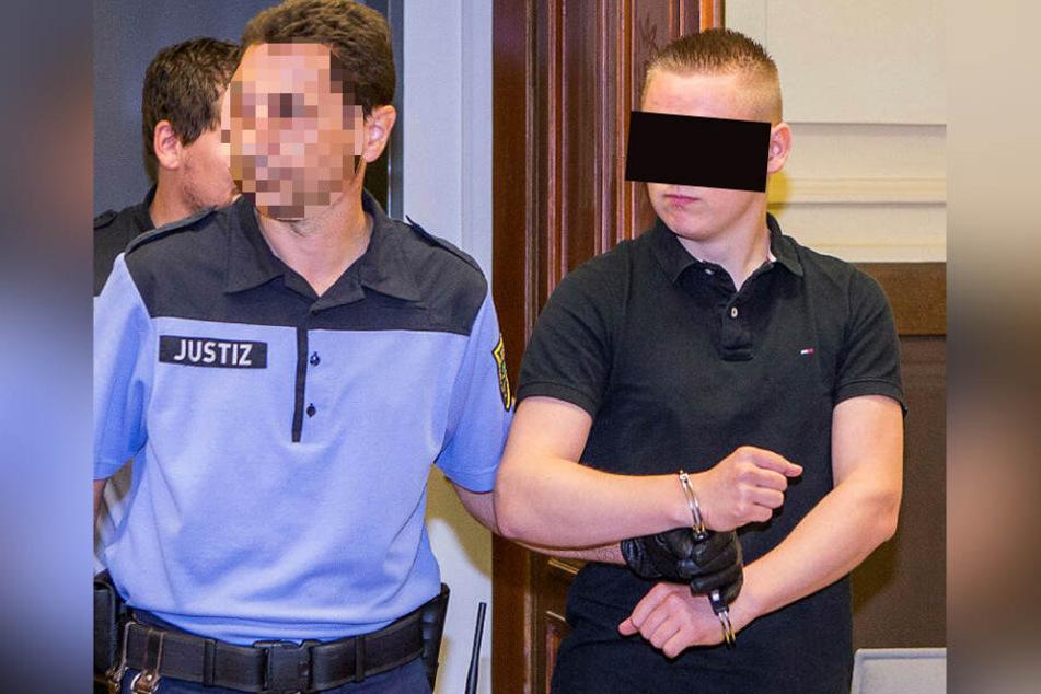 """Der damals 20-jährige Maximilian S. (r.) wurde 2015 zu sieben Jahren Jugendstrafe verurteilt. Er soll über 900 Kilogramm Drogen über das Portal """"Shiny Flakes"""" verkauft haben."""