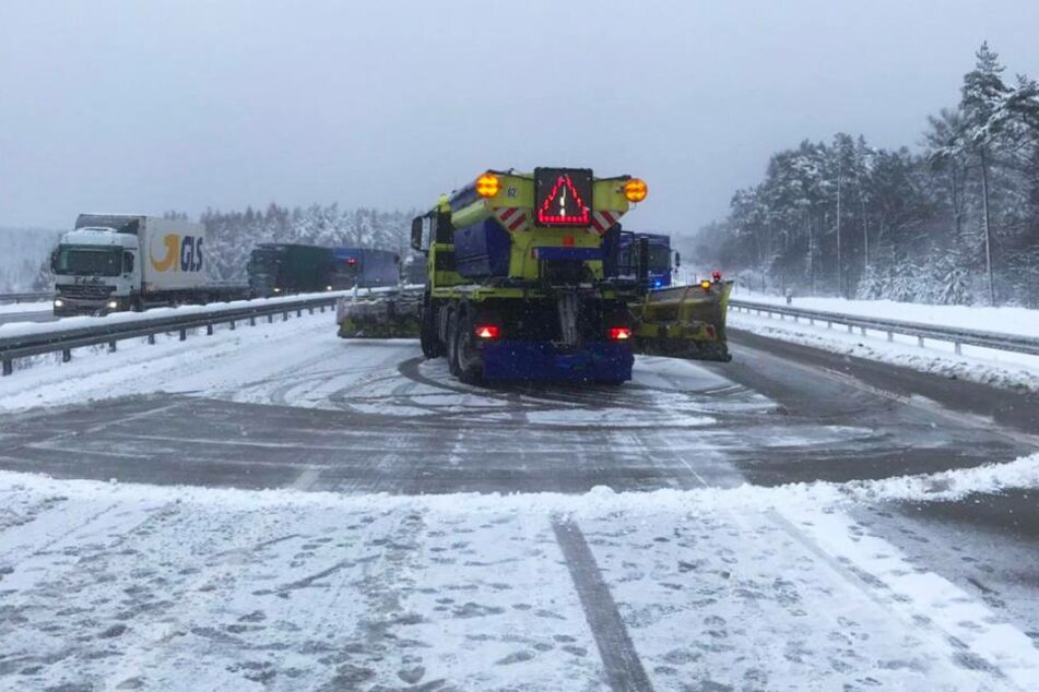 Die Polizei, die Feuerwehr, der Winterdienst und das THW brauchten Stunden um die Autobahn wieder freigeben zu können.