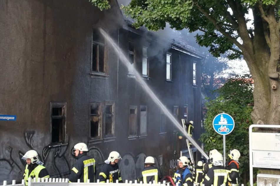 Die Feuerwehr kämpfte mehrere Stunden gegen die Flammen.