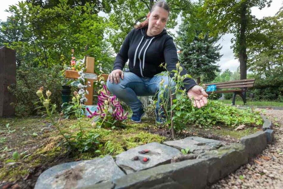 Antje Emmerlich (28) neben dem geplünderten Grab ihrer  Zwillinge Aurora-Sirina und Amaya-Destieny. Die traurige Mutter verzichtet  vorerst auf neuen Grabschmuck.