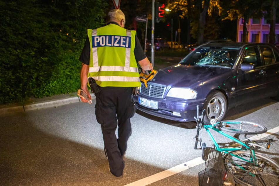 Ein Polizeibeamter inspiziert den Unfallort.