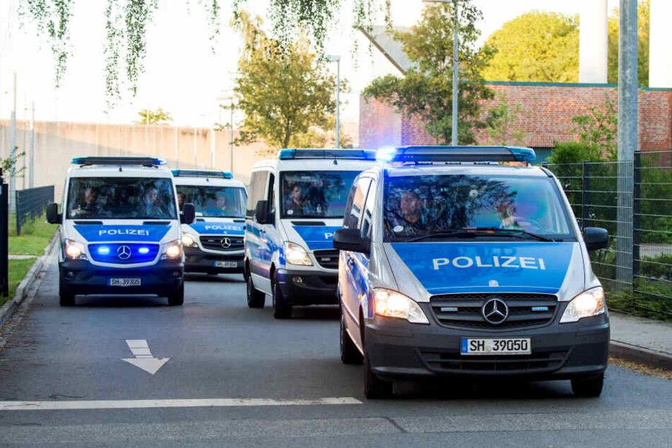 Polizeifahrzeuge verlassen die Justizvollzugsanstalt Lübeck. Dort hatte es am Montagnachmittag eine Geiselnahme gegeben, die glücklicherweise unblutig zu Ende ging.