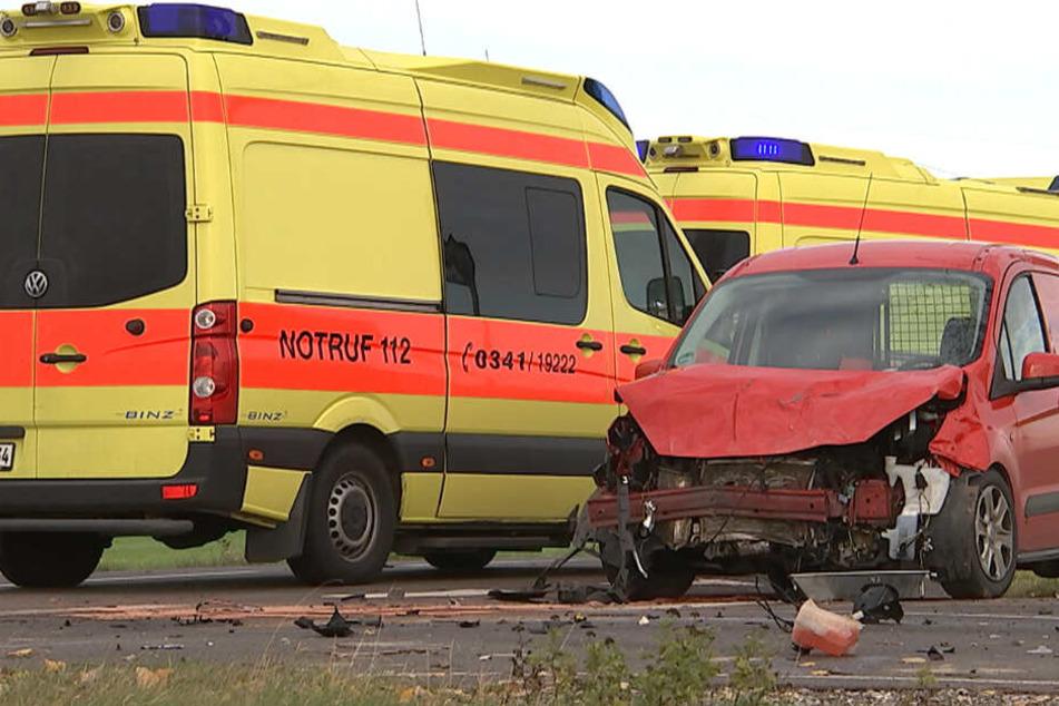 """VW-Fahrer liegt nach Crash auf """"Todeskreuzung"""" schwerverletzt neben Auto"""