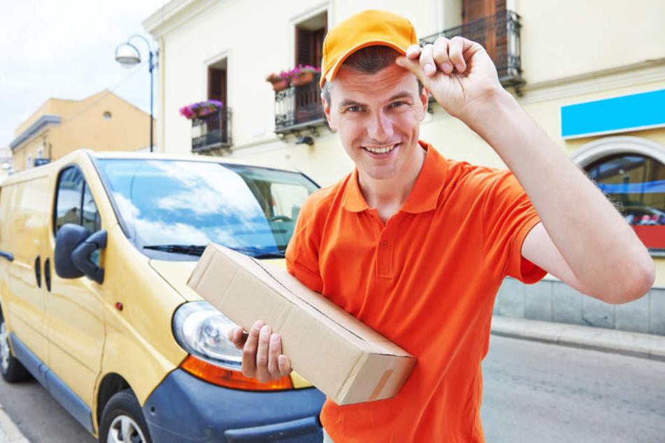 Wie praktisch: Postbote holt Pakete und bringt Lebensmittel an die Haustür