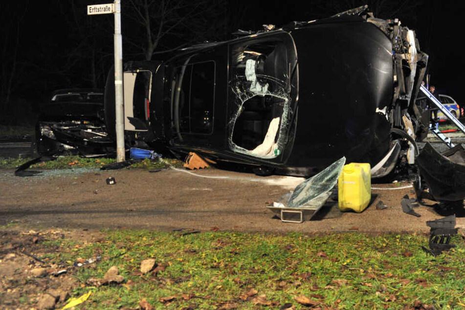 Einer der beiden BMWs überschlug sich und prallte gegen ein weiteres Auto.