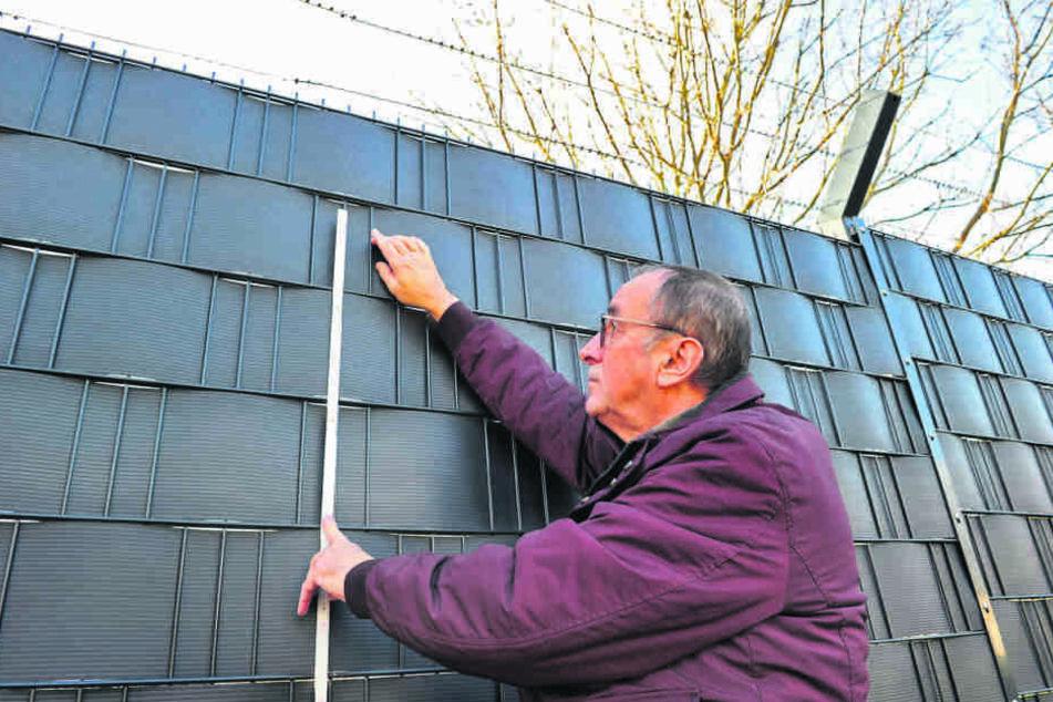Anwohner Ulrich Kühnel (70) will es genau wissen und misst eine Zaunhöhe von über zwei Metern.
