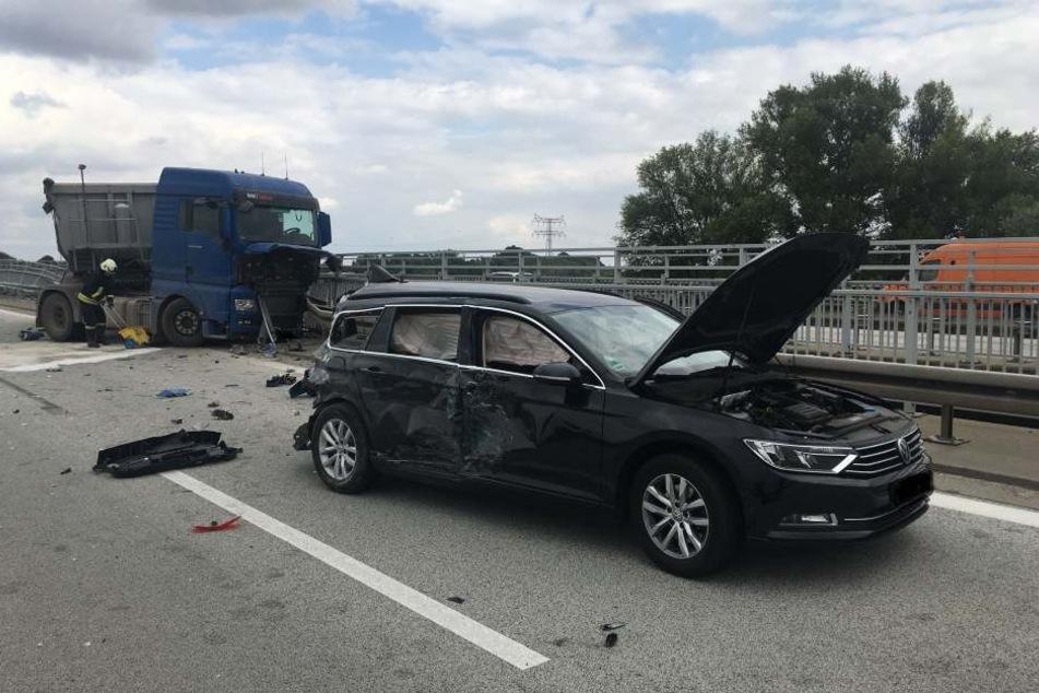 Mit voller Wucht krachte der Lastwagen ins Heck des VW und schleuderte anschließend in die Leitplanke.