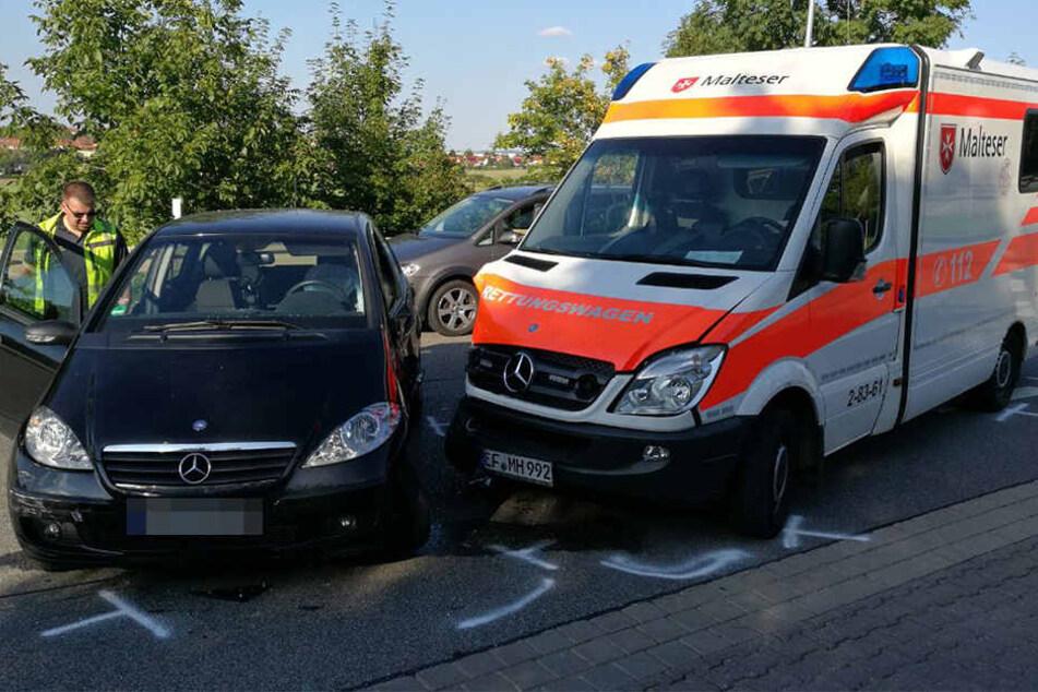 Mercedes crasht Rettungswagen bei Einsatzfahrt
