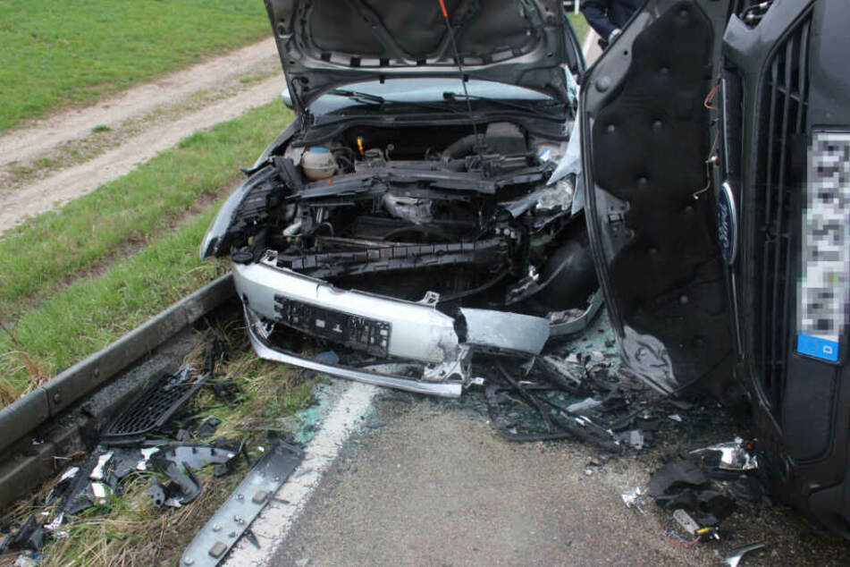 Audi-Fahrer gerät in Gegenverkehr und kollidiert mit zwei Autos: Mehrere Verletzte