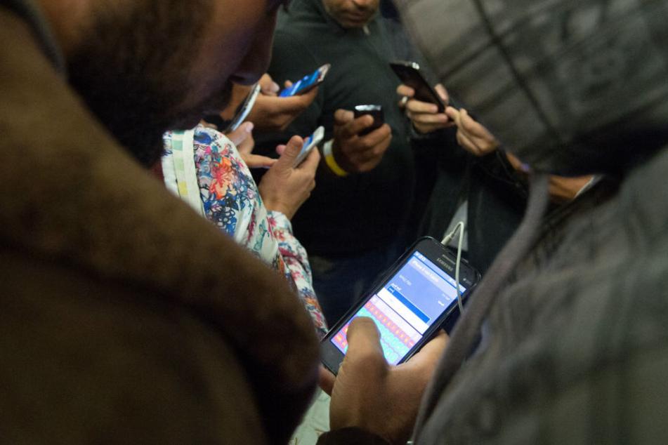 Viele Flüchtlinge wissen oft nicht, welche Kosten bei Handyverträgen auf sie zukommen.