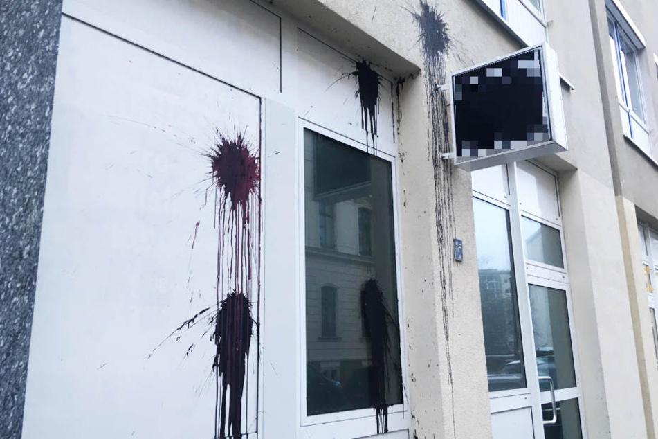 Besonders einen im Erdgeschoss ansässiger Werbeartikel-Anbieter traf die Attacke. Dessen Fenster und Türen wurden stark verschmutzt.