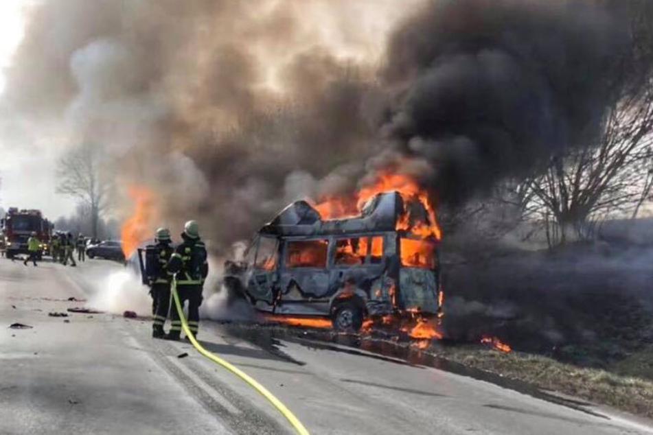 Die Fahrzeuge brannten lichterloh.