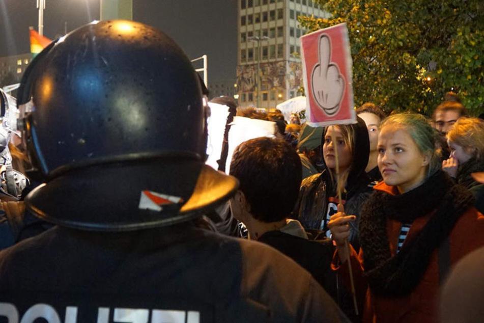 Nachdem das Wahlergebnis bekannt gegeben wurde, versammelten sich hunderte Menschen am Alexanderplatz.