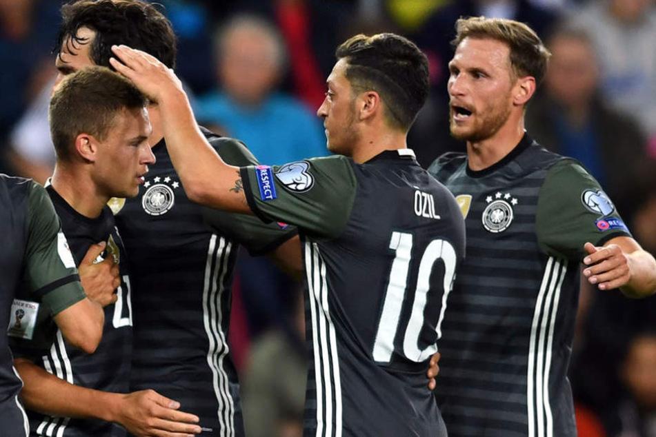Höwedes, Özil und Hummels gratulieren Kimmich (v.r.n.l.) zu seinem Treffer zum 2:0.