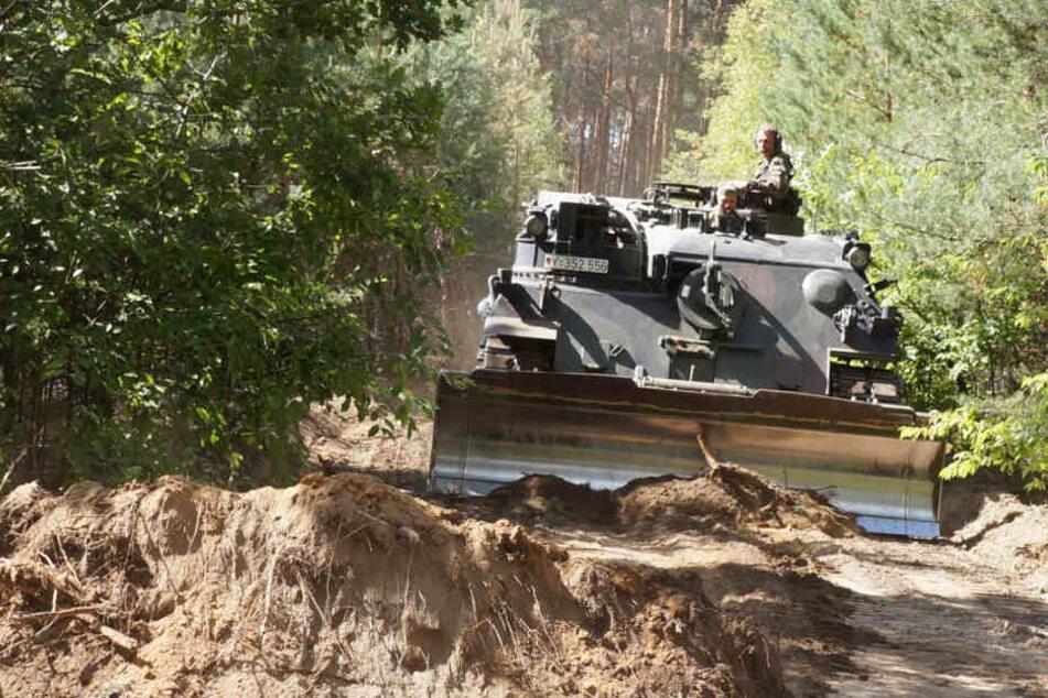Ein Panzer der Bundeswehr schlägt eine Schneise in den Wald, so soll der Einsatz ablaufen. (Archivbild)