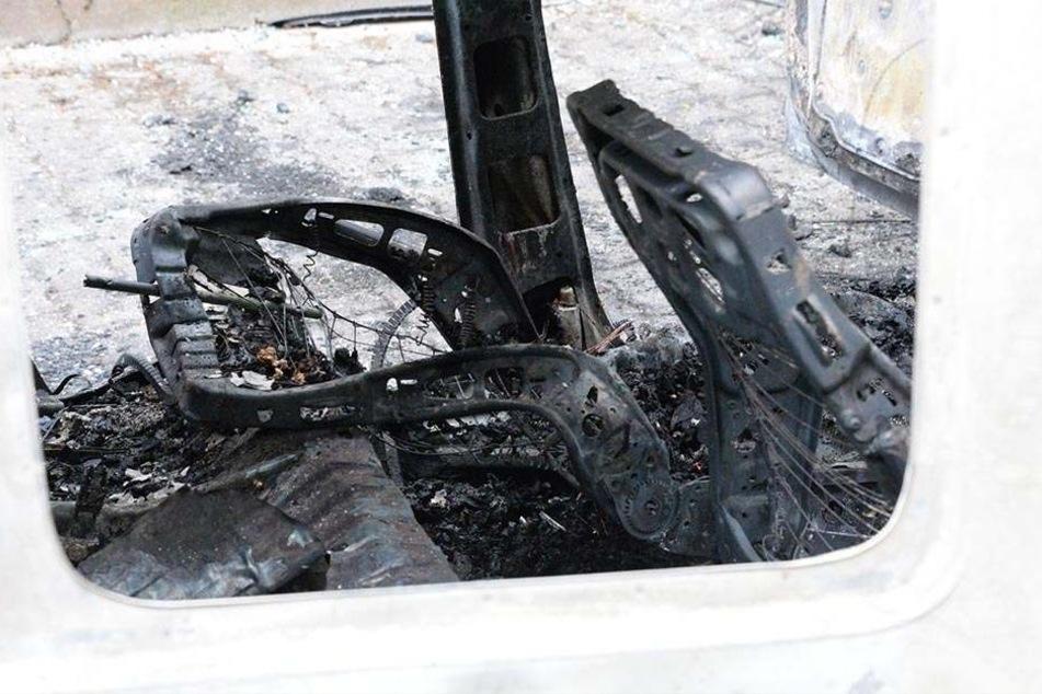 Ein Blick ins Innere des Wagens zeigt, wie zerstörerisch das Feuer war.