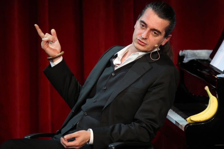 Wenn Kabarettist Hagen Rether (49) plaudert, liegen Südfrüchte stets griffbereit.