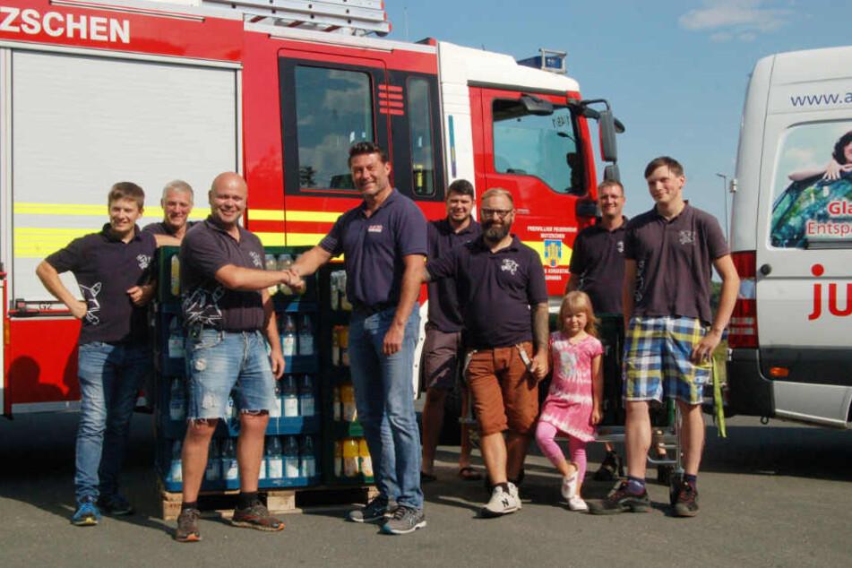 Am späten Freitagnachmittag zeigte Junited Autoglas-Chef Hanko Richter (Mitte) den Kameraden der Mutzschener Feuerwehr seinen Dank.