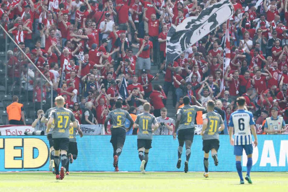 Nach dem Kopfballtor von Dayot Upamecano (#5) rannten die Spieler ihren rund 7500 mitgereisten Fans entgegen.