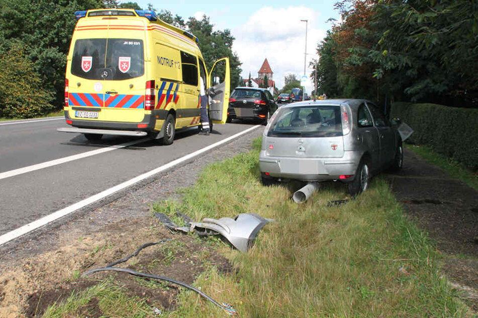 Bei dem Crash fuhr ein Opel-Fahrer gegen eine Laterne.