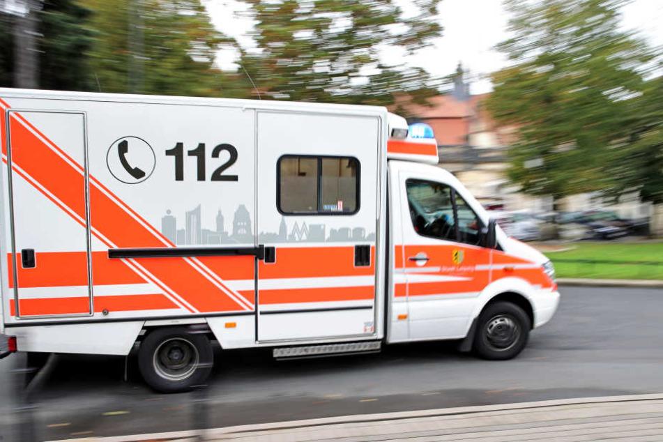 Mitten in der Frankfurter Innenstadt kollabierte ein 19-Jähriger. Ein Menschenmob behinderte die Arbeit der Einsatzkräfte erheblich. (Symbolbild)