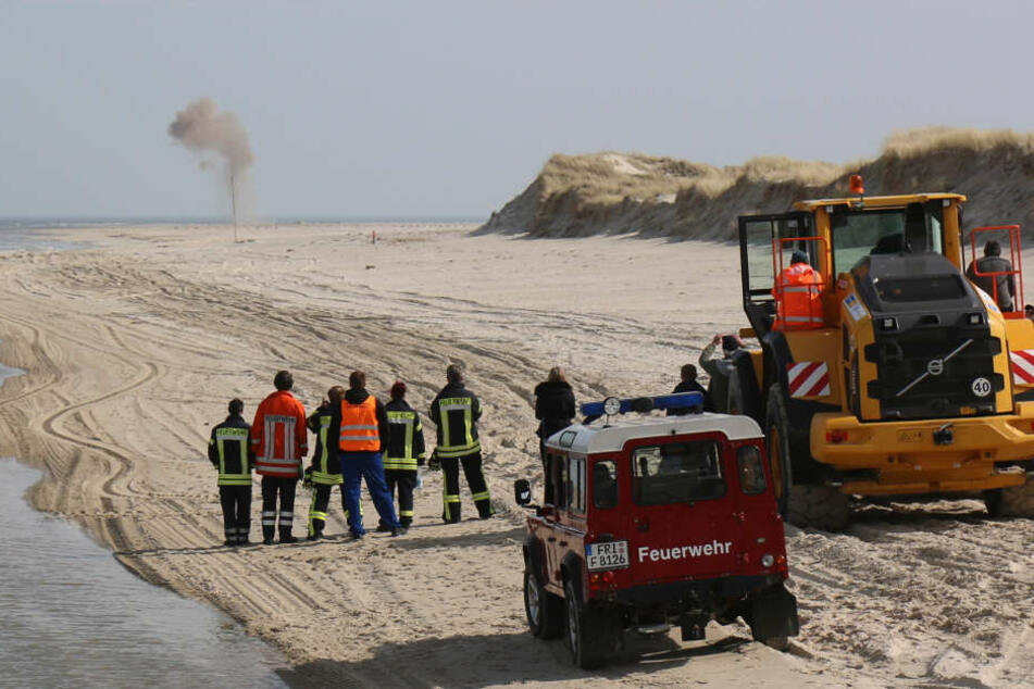 Die Feuerwehr sprengt am Strand von Wangerooge einen Torpedo in die Luft.